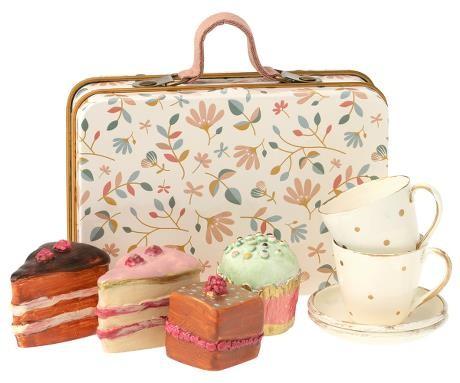 MailegTeegeschirr und Gebäck im Koffer
